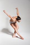 Bailarina de dobra no estúdio Imagens de Stock