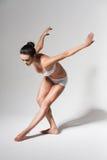 Bailarina de dobra no estúdio branco Imagens de Stock