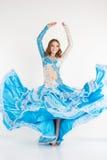 Bailarina de la danza del vientre adolescente hermosa de la muchacha en vestido de la moda Imágenes de archivo libres de regalías