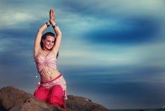 Bailarina de la danza del vientre adolescente que se realiza en las rocas Imágenes de archivo libres de regalías