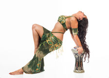 Bailarina de la danza del vientre con el tambor Foto de archivo