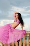Bailarina de la danza del vientre en traje rosado en la barandilla foto de archivo libre de regalías