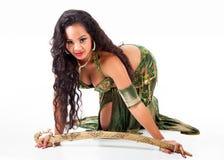 Bailarina de la danza del vientre joven con la espada Fotografía de archivo