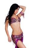 Bailarina de la danza del vientre que desgasta un traje magenta jeweled del bellydance Foto de archivo libre de regalías