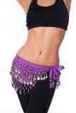 Bailarina de la danza del vientre que desgasta una ropa púrpura de la correa y del entrenamiento de la moneda Imágenes de archivo libres de regalías