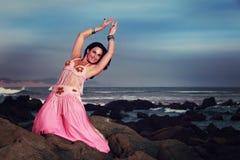 Bailarina de la danza del vientre que se realiza en las rocas Imagen de archivo