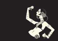 Bailarina de la danza del vientre tribal con los platillos que llevan a cabo p impresionante expresivo Imagen de archivo