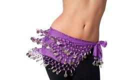 Bailarina de la danza del vientre Wearing una correa púrpura de la moneda y sacudida de sus caderas Imágenes de archivo libres de regalías
