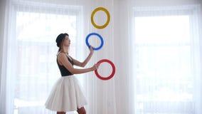 Bailarina de la mujer joven que hace juegos malabares con cosas de un círculo almacen de video