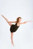Bailarina de sexo femenino con el baile del pelo rizado Foto de archivo