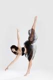 Bailarina de sexo femenino hermosa que hace fractura Imagenes de archivo