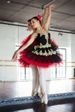 Bailarina del ensayo en el pasillo Sitio blanco ligero, piso de madera, espejos grandes Bailarina reflejada en el espejo Hermoso imágenes de archivo libres de regalías