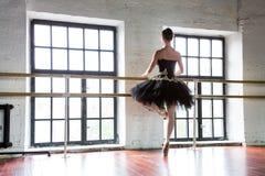 Bailarina do ensaio no sal?o Assoalho de madeira, janelas muito grandes Bailarina bonita na sala do ensaio imagens de stock