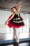 Bailarina do ensaio no sal?o Sala branca clara, assoalho de madeira, grandes espelhos Bailarina refletida no espelho Bonito imagens de stock royalty free