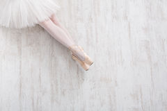 Bailarina em sapatas do pointe, pés graciosos, fundo do bailado Imagens de Stock
