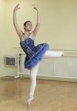 Bailarina em um estúdio da dança imagens de stock