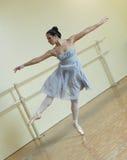 Bailarina em um estúdio da dança Fotografia de Stock Royalty Free