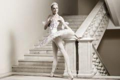 Bailarina en actitud del ballet Fotos de archivo