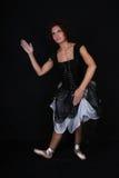 Bailarina en alineada negra sobre fondo oscuro Imagen de archivo libre de regalías
