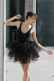Bailarina en el baile negro del tutú Fotografía de archivo