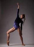 Bailarina en el equipo azul que presenta, mujer delgada hermosa joven fotos de archivo libres de regalías