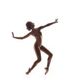 Bailarina en el equipo beige que presenta en los dedos del pie Fotografía de archivo libre de regalías