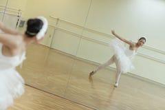 Bailarina en el espejo imagenes de archivo