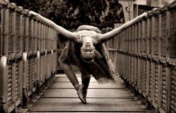 Bailarina en el puente Foto de archivo libre de regalías