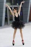Bailarina en el tutú negro al aire libre Imagen de archivo libre de regalías