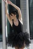 Bailarina en el tutú negro al aire libre Fotos de archivo libres de regalías