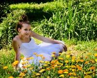 Bailarina en jardín de flor Imagenes de archivo