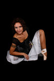 Bailarina en la alineada que se sienta sobre fondo negro Fotografía de archivo