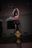 Bailarina en una boca de riego de fuego Imagenes de archivo