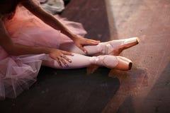 Bailarina en zapatos del pointe detrás de las escenas imagen de archivo libre de regalías
