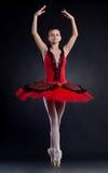 A bailarina está dançando graciosa imagens de stock royalty free