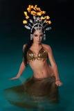 Bailarina exótica con el tocado del fuego Imágenes de archivo libres de regalías