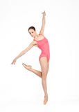 Bailarina hermosa joven en un fondo gris Imagenes de archivo