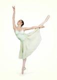 Bailarina hermosa joven en un fondo verde Imagenes de archivo
