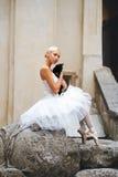 Bailarina hermosa que acaricia el gato negro imagen de archivo libre de regalías