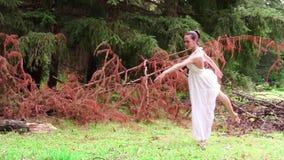 Bailarina hermosa que hace ejercicios en un parque almacen de video