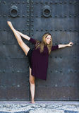 Bailarina hermosa que hace los ejercicios para bailar al aire libre Imagen de archivo libre de regalías