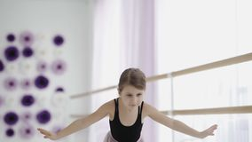 Bailarina incredibly bonita nova que levanta a dança no estúdio branco video estoque