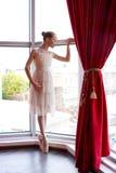 Bailarina joven atractiva cerca de una ventana Imagen de archivo