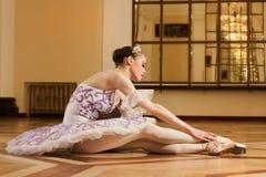 Bailarina joven en actitud del ballet Imágenes de archivo libres de regalías