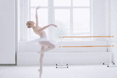 Bailarina joven en clase del ballet Fotografía de archivo libre de regalías