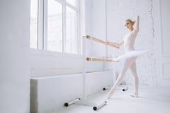 Bailarina joven en clase del ballet Fotos de archivo libres de regalías