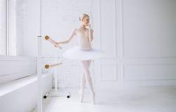 Bailarina joven en clase del ballet Imágenes de archivo libres de regalías