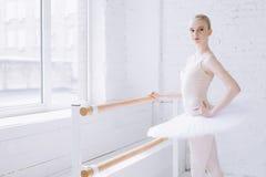 Bailarina joven en clase del ballet Foto de archivo
