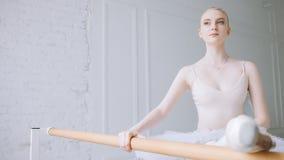 Bailarina joven en clase del ballet Fotografía de archivo