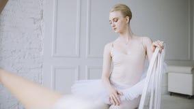 Bailarina joven en clase del ballet Fotos de archivo